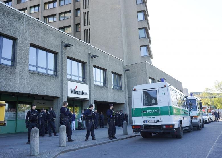 Eingreifen zunächst gescheitert: Polizisten mussten das Urban-Krankenhaus massiv schützen