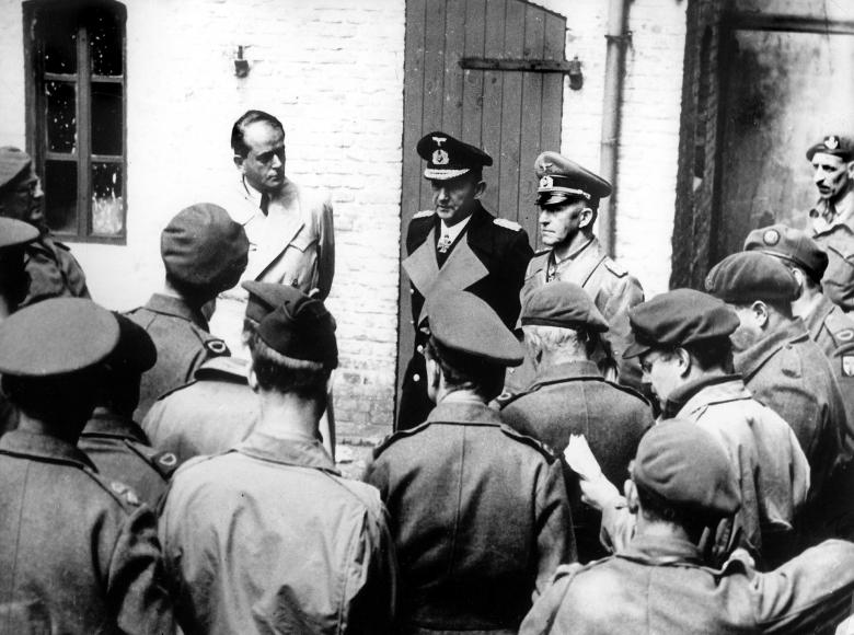 Werden nach ihrer Verhaftung der Presse präsentiert: Albert Speer, Karl Dönitz und Alfred Jodl (von links)