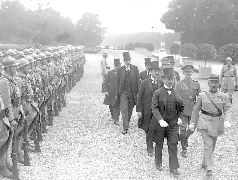 Auf dem Weg zur Vertragsunterzeichnung: Ungarns Delegation in Begletung alliierter Offiziere