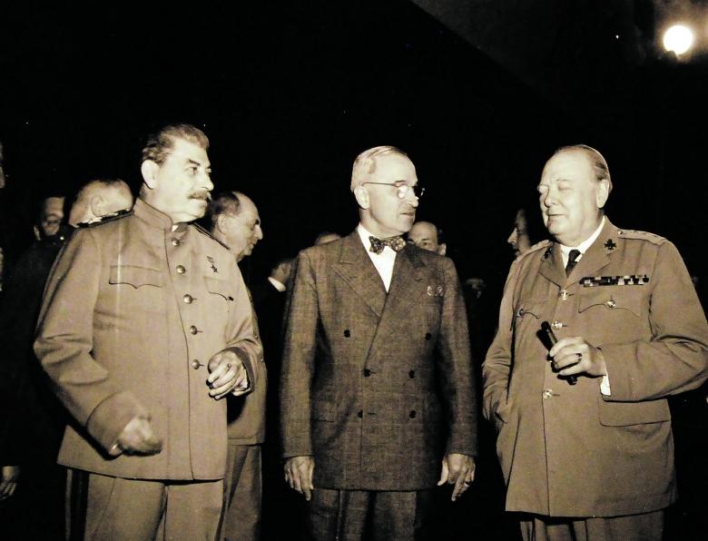 """Die """"Großen Drei"""" am 18. Juli 1945 im Konferenzraum des Schlosses Cecilienhof bei Potsdam: Joseph Stalin, Harry S. Truman und Winston Churchill (v.l.)"""